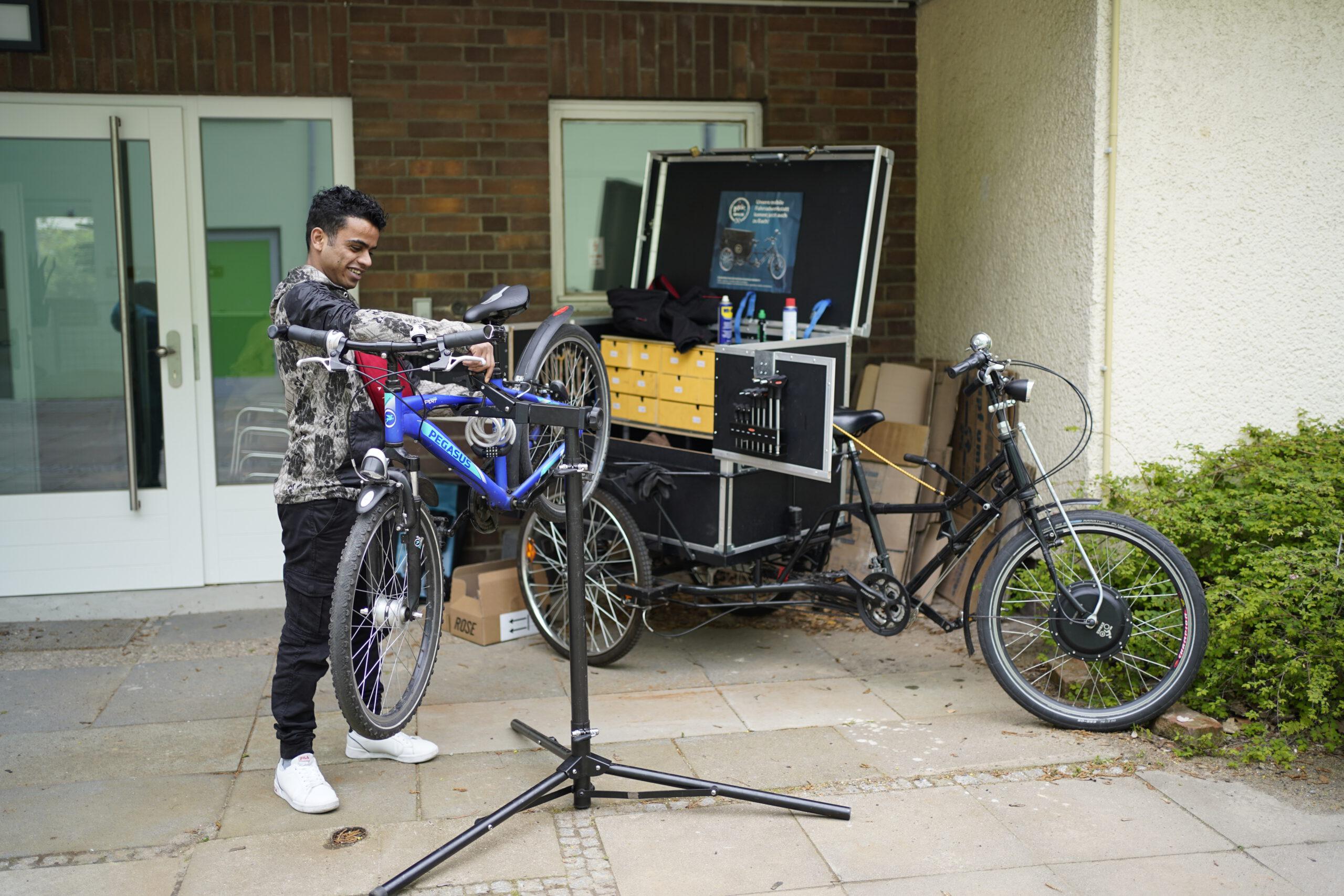 Nach einer langen Winterpause ist das KIDZ Bike, die mobile Fahrradwerkstatt endlich wieder unterwegs. Diese Woche kam KIDZ-Bike-Schrauber Erik auf das Gelände der Villa Lützow und besuchte Kinder der Soziale Gruppe. Unter Anleitung von Erik und dem Jugendlichen Abdul können die Kinder ihre Räder wieder fit machen.
